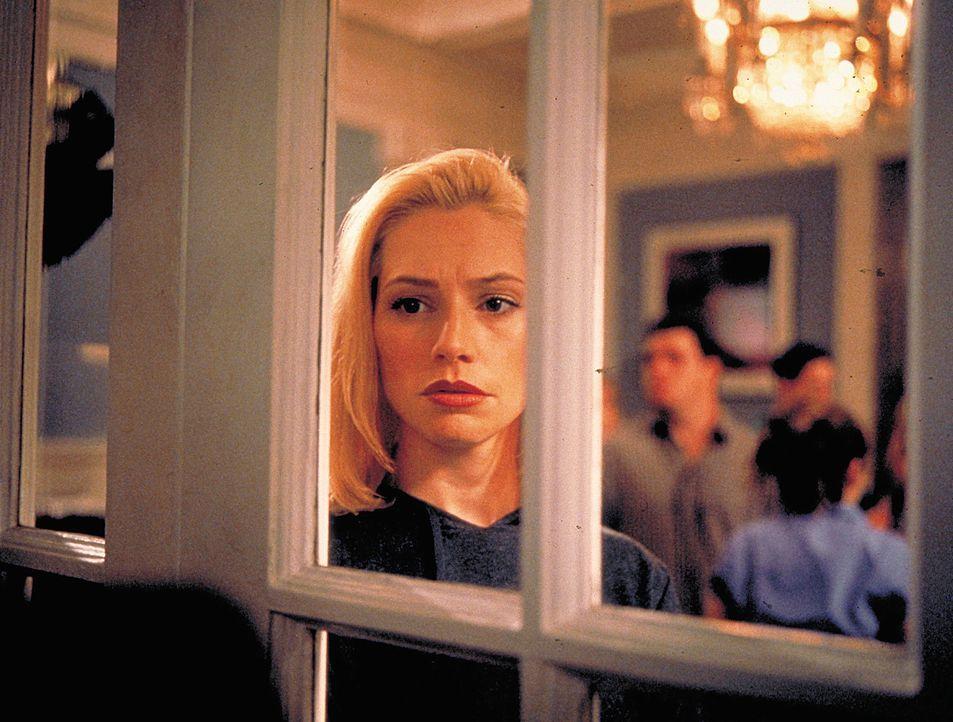 Thrill und Drugs sind bei Hadley (Meredith Monroe) und ihren reichen Freunden angesagt. Da fällt bei einer ihrer Partys eine Kommilitonin ins Koma.... - Bildquelle: 2003 Sony Pictures Television International. All Rights Reserved.