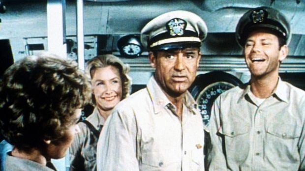 Als die Krankenschwester Barbara (Dina Merrill, 2.v.l.) und ihre Crew auf ein...