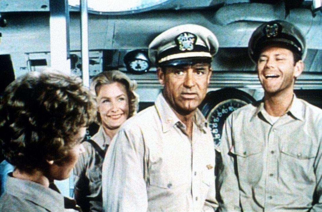 Als die Krankenschwester Barbara (Dina Merrill, 2.v.l.) und ihre Crew auf einmal das U-Boot von Kapitän Sherman (Cary Grant, 2.v.r.) betreten, ger - Bildquelle: Universal International Pictures