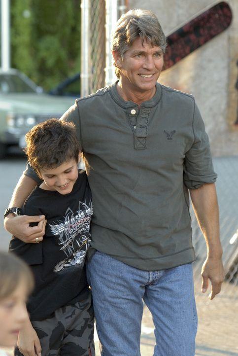 Gabriel McCutcheon (Eric Roberts, r.) und sein Sohn Shay (Aidan Jarrar, l.) kommen gemeinsam zu Shanes Party. - Bildquelle: 2007 SHOWTIME NETWORKS INC. ALL RIGHTS RESERVED.