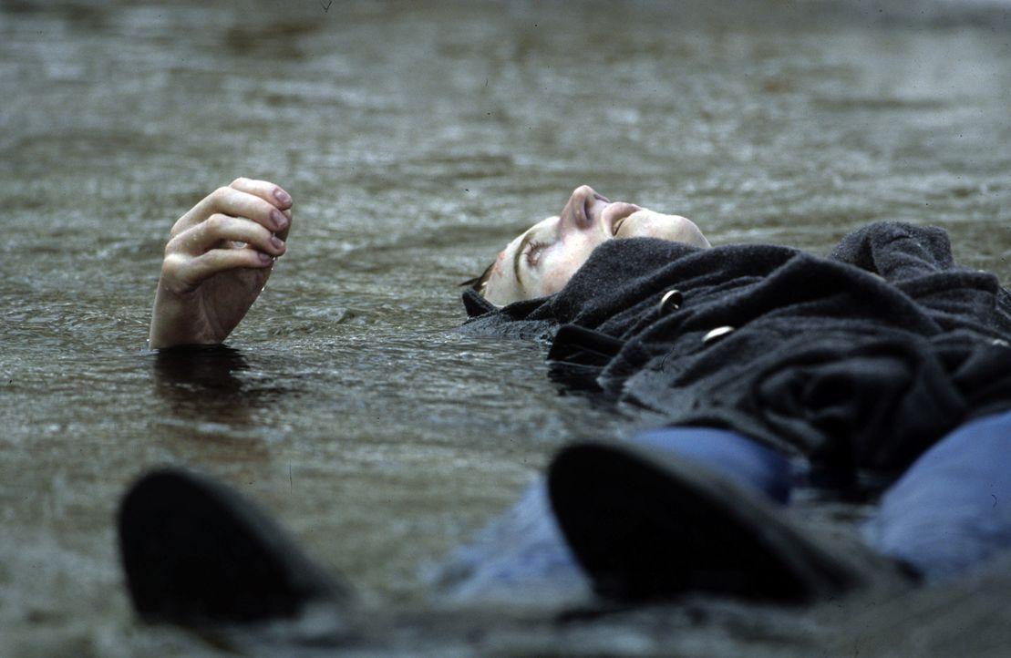 """Eines Tages wird August (Thomas Gibson), der an der Elite-Schule zur Kategorie """"Looser"""" gehört, ertrunken aufgefunden. Hat er Selbstmord begangen o... - Bildquelle: Myriad Pictures Inc."""