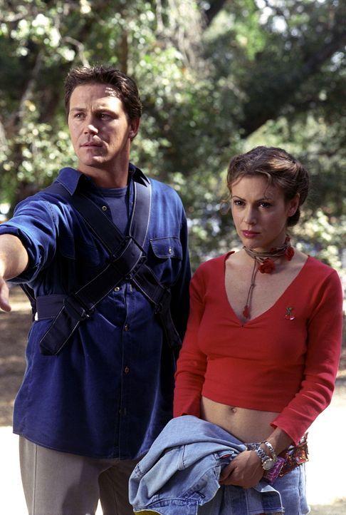 Auf der Jagd nach dem Dämon namens Sykes geraten Leo (Brian Krause, l.) und Phoebe (Alyssa Milano, r.) an einen Aasfresser-Dämon ... - Bildquelle: Paramount Pictures