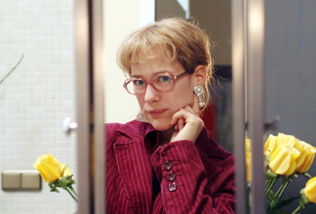 Lisa (Alexandra Neldel) kann sich zwar sehr wohl von Blum, nicht aber von den Ohrringen, die er ihr mitgebracht hat, lösen: Und so steht sie, verz - Bildquelle: Sat.1