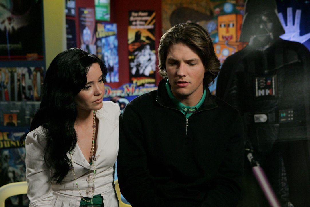 Eigentlich wollte Zach (Michael Cassidy, r.) aus dem Comic aussteigen, um Summer zurück zu gewinnen, doch Reed (Marguerite Moreau, l.) pocht auf Ei... - Bildquelle: Warner Bros. Television