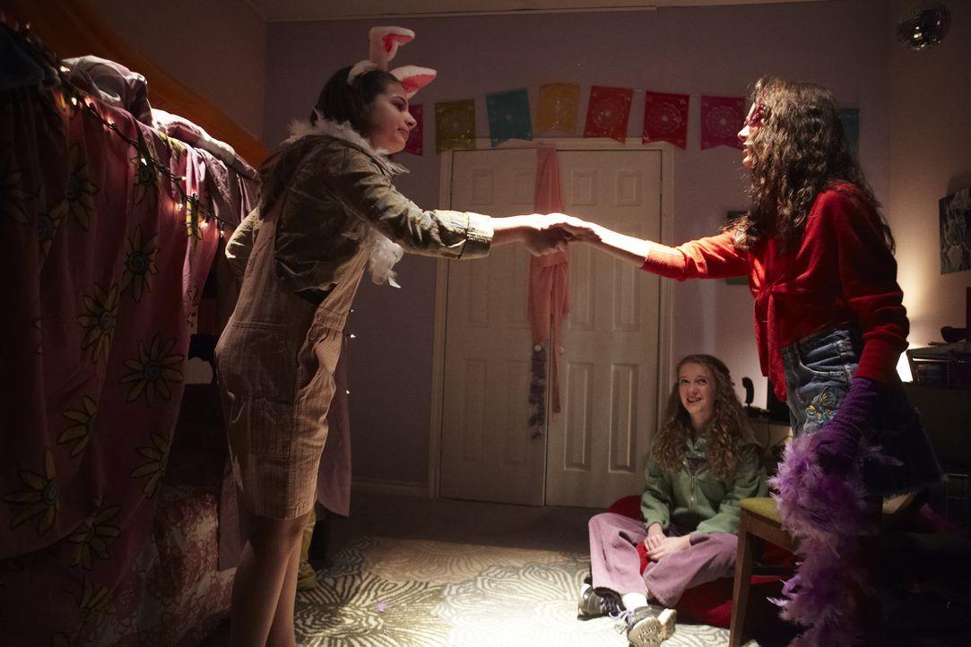 Pyjama-Party im Kinderzimmer. Die 12-jährige Polly Klaas (r.) albert mit ihren beiden Freundinnen herum - nichtahnend, dass dieser Abend schrecklich... - Bildquelle: Ian Watson Cineflix 2014
