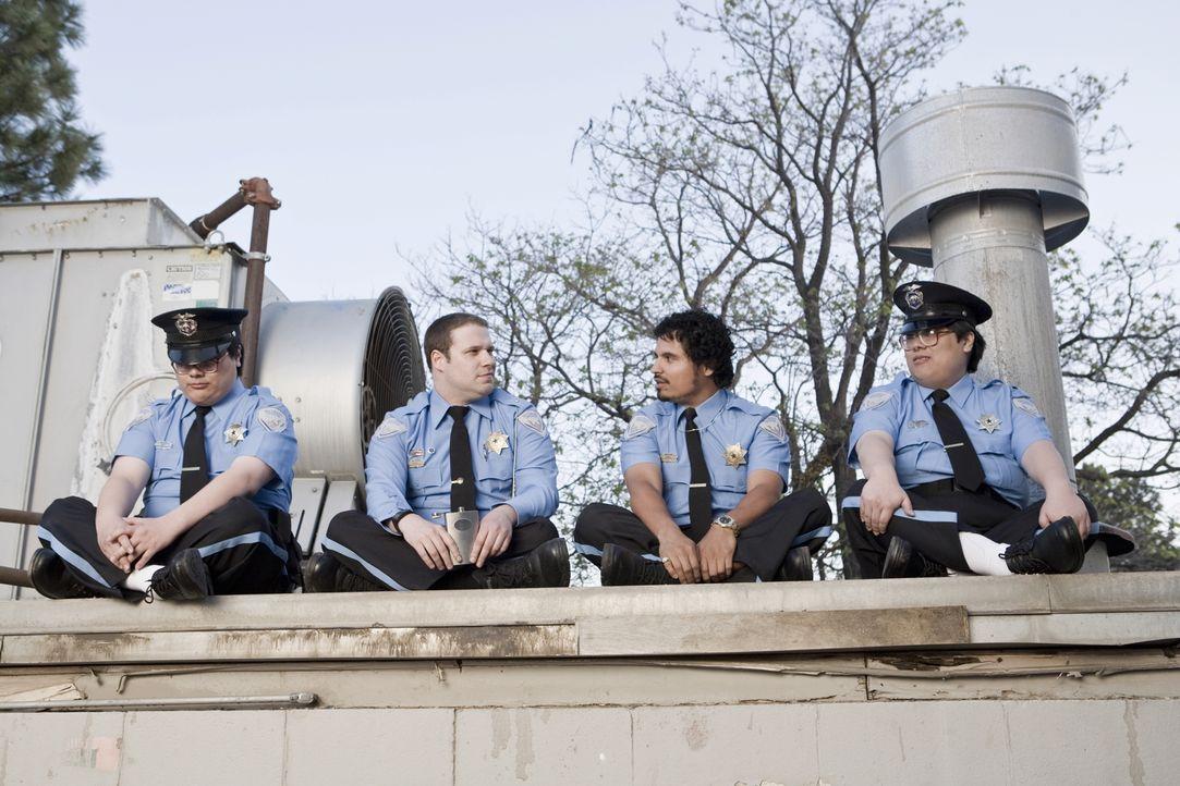Während die Kaufhaus-Cops Dennis (Michael Peña, 2.v.r..), Matt (Matt Yuan, r.) und John (John Yuan, l.) mit ihrem Job ganz zufrieden sind, strebt de... - Bildquelle: Warner Brothers