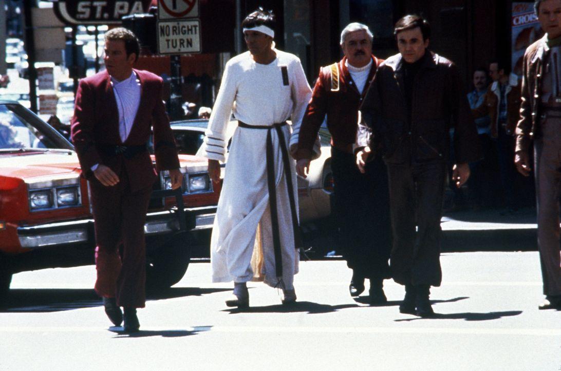 Kirk (William Shatner, l.), Spock (Leonard Nimoy, 2.v.l.), Scotty (James Doohan, 2.v.r.) und Chekov (Walter Koenig, r.) im San Francisco der Gegenwa... - Bildquelle: Paramount Pictures