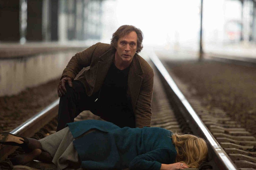 Kann Carl (William Fichtner, l.) Sabina (Alix Wilton Regan, r.) noch vor dem einfahrenden Zug in Sicherheit bringen? - Bildquelle: Larry D Horricks 2013 Tandem Productions GmbH, TF1 Production SAS. All rights reserved.