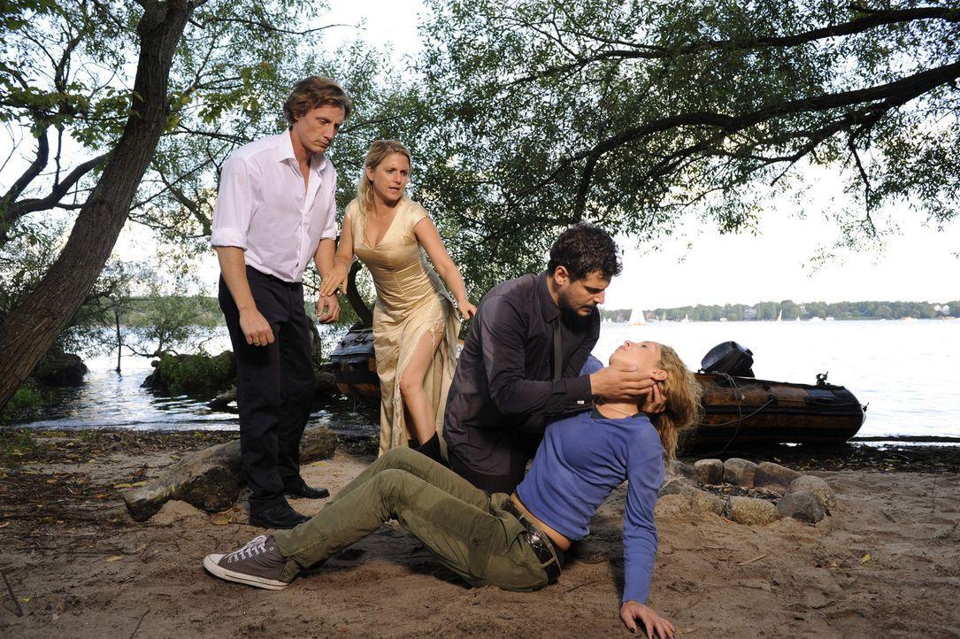 Gerade noch rechtzeitig haben es Tom (Patrick Kalupa, l.) und Luca (Manuel Cortez, 2.v.r.) geschafft, Anna (Jeanette Biedermann, 2.v.l.) und Nina (M... - Bildquelle: SAT.1