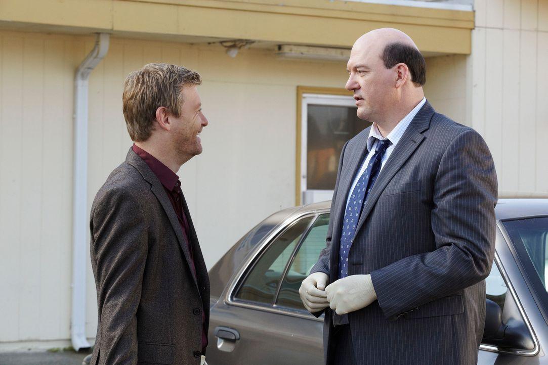 Als eines Tages, eine gut gekleidete Frau in einem billigen Motelzimmer tot aufgefunden wird, machen sich Bud Morris (John Carroll Lynch, r.) und Pe... - Bildquelle: ABC Studios