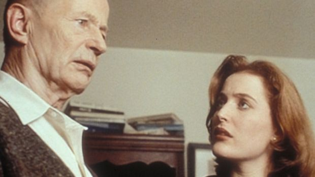 Scully (Gillian Anderson, r.) erfährt von Commander Johansen (Robert Clothier...