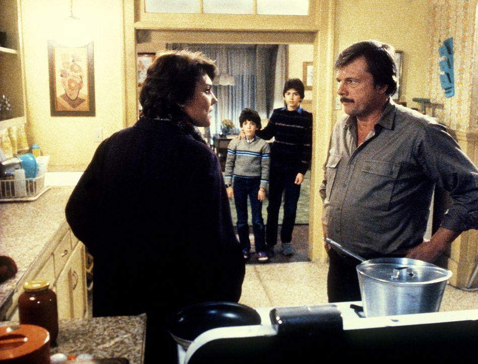 Lacey (Tyne Daly, l.) hat wieder einen Streit mit Harvey (John Karlem, r.), der sie beschwört, endlich zum Arzt zu gehen. Auch ihre Kinder sind vol... - Bildquelle: ORION PICTURES CORPORATION. ALL RIGHTS RESERVED.