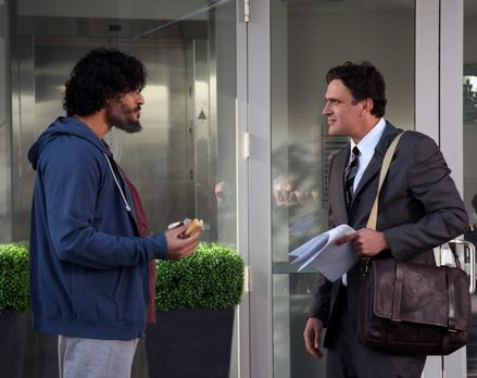 How I Met Your Mother - Marshall (Jason Segel, r.) empfiehlt seinen alten Col...