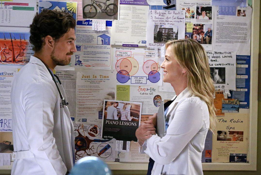Arizona (Jessica Capshaw, r.) sucht einen neuen Mitbewohner, doch ist Dr. Andrew DeLuca (Giacomo Gianniotti, l.) wirklich der richtige? - Bildquelle: Mitchell Haaseth ABC Studios
