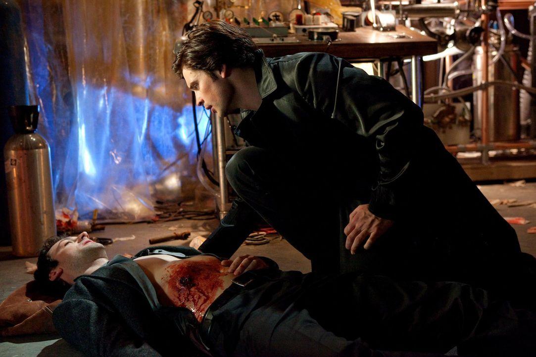 Als Clark (Tom Welling, r.) in dem Geheimlabor des Verschwörungstheoretikers ankommt, ist es zu spät: Auf Zod (Callum Blue, l.) wurde geschossen ... - Bildquelle: Warner Bros.