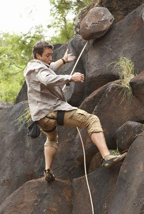Beim Versuch eine Leiche zu bergen, stürzt Steve (Alex O'Loughlin) und bricht sich den Arm. Das Team muss sich vorerst ohne ihn um einen neuen Fall... - Bildquelle: 2011 CBS BROADCASTING INC.  All Rights Reserved.