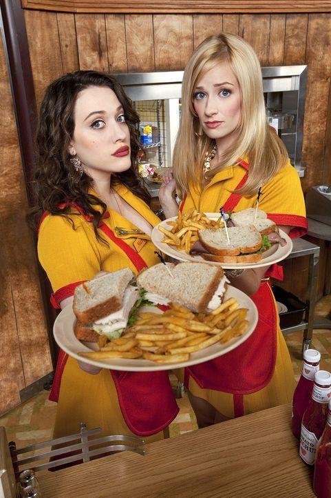 Die ungleichen Kellnerinnen Max (Kat Dennings, l.) und Caroline (Beth Behrs, r.) versuchen in einem billigen Schnellrestaurant das große Geld zu ma... - Bildquelle: Warner Brothers