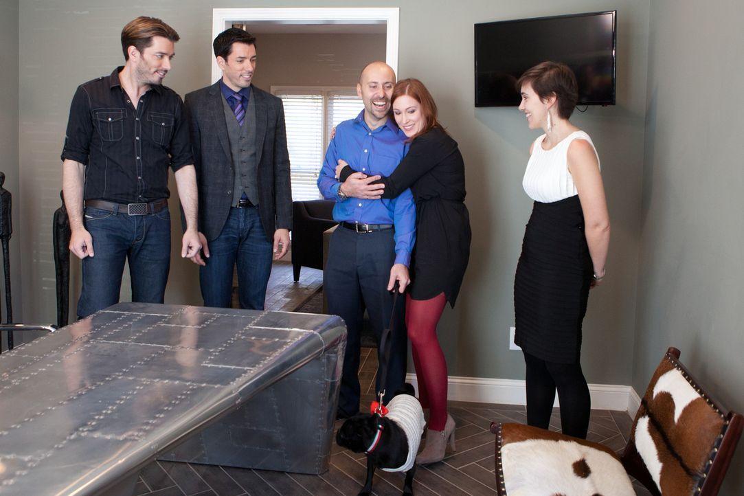 Was werden Luca (M.), seine Freundin Anne (2.v.r.) und deren Schwester Barbara (r.) zu dem renovierten Haus sagen? Konnten Drew (2.v.r.) und Jonatha... - Bildquelle: Jessica McGowan 2013, HGTV/Scripps Networks, LLC. All Rights Reserved