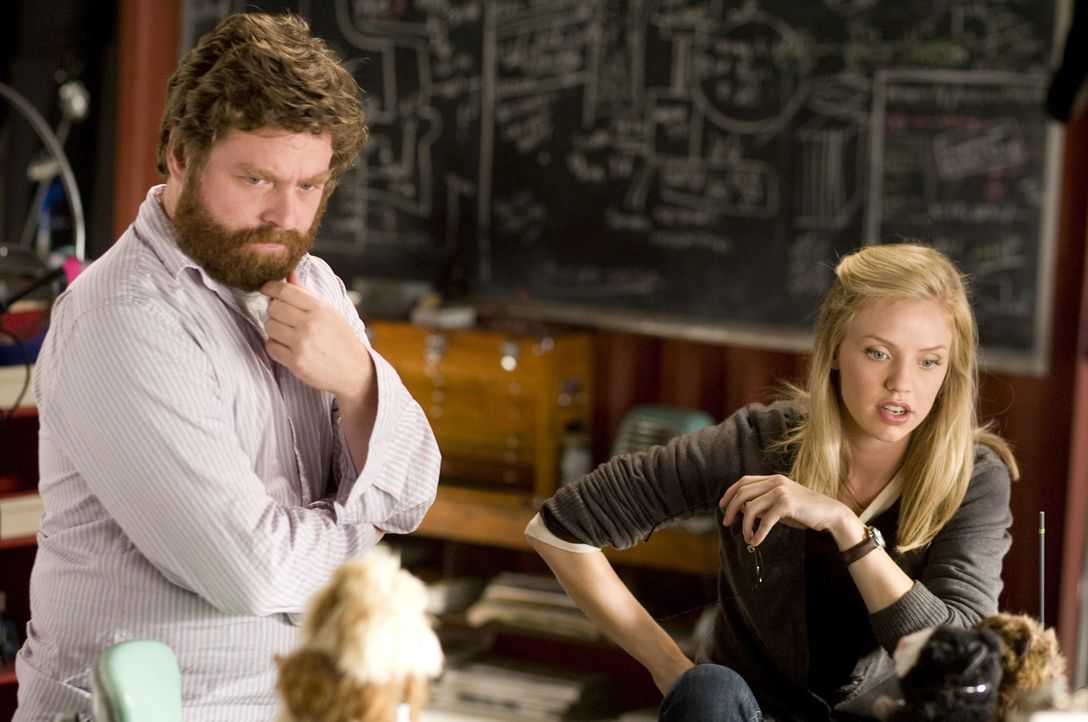 Gemeinsam mit den ganz besonderen Agenten wollen Ben (Zach Galifianakis, l.) und Marcie (Kelli Garner, r.) den superreichen Schurken Leonard Saber z... - Bildquelle: Robert Zuckerman Disney Enterprises, Inc. and Jerry Bruckheimer Inc.  All Rights Reserved