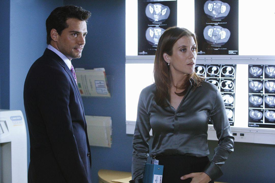 Um Susan, der Partnerin ihrer Mutter zu helfen, muss Addison (Kate Walsh, r.) erneut mit Dr. Rodriguez (Cristián de la Fuente, l.) zusammen arbeite... - Bildquelle: ABC Studios