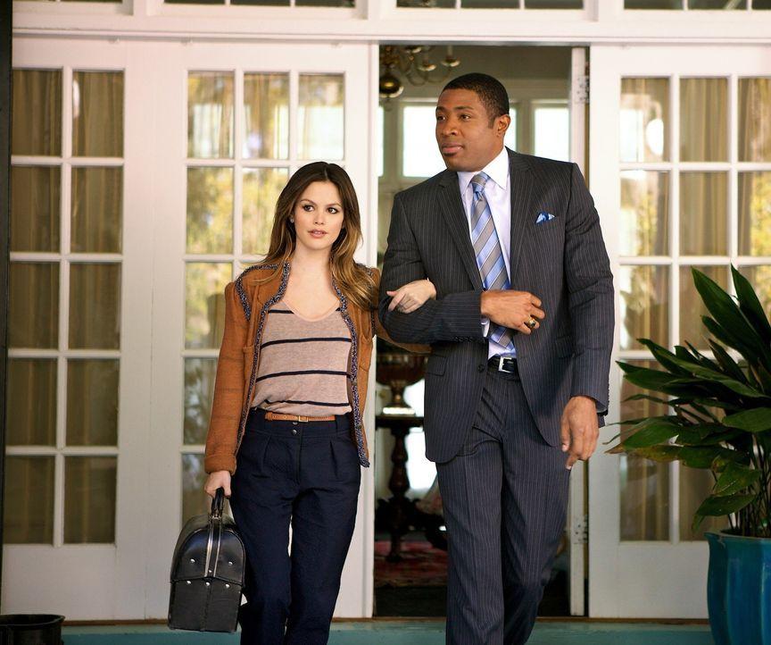 Zwar freut sich Zoe Hart (Rachel Bilson) über die Unterkunft bei dem Bürgermeister und ehemaligen Footballstar Lavon Hayes (Cress Williams, r.), abe... - Bildquelle: Warner Bros.