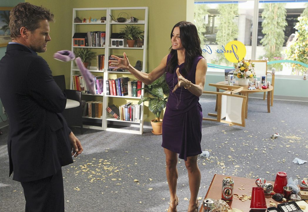 Als sich Bobby (Brian Van Holt, l.), der nun bei Jules (Courteney Cox, r.) arbeitet, zu sehr in ihre Geschäfte einmischt, kommt es zu einem klären... - Bildquelle: 2010 ABC INC.