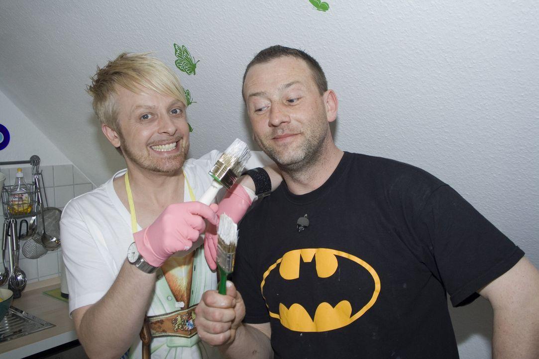 Ex-Bro'Sis-Sänger Ross Antony (l.) gestaltet eine Kücheneckbank aus Holz für sein Zuhause. Hilfe bekommt er dabei von Super-Heimwerker Ken (r.). - Bildquelle: kabel eins