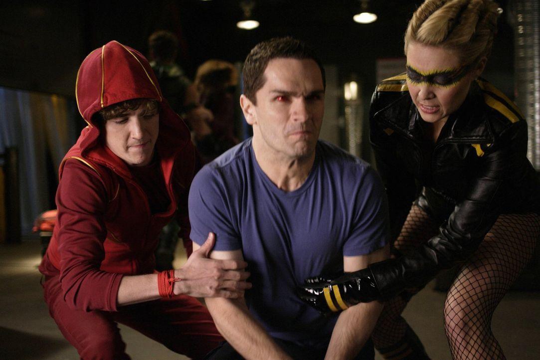 Gibt es noch eine andere Möglichkeit, Davis (Sam Witwer, M.) zu retten, außer ihn zu töten? Bart (Kyle Gallner, l.) und Dinah (Alaina Huffman, r.) v... - Bildquelle: Warner Bros.