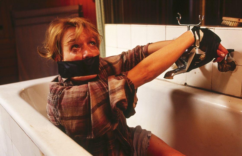 Ellen (Suzanne von Borsody) wird während ihres Urlaubs überfallen. Sie rettet sich zu ihrem Nachbarn und muss erkennen, dass er der maskierte Angrei... - Bildquelle: Norbert Kuhroeber Sat.1