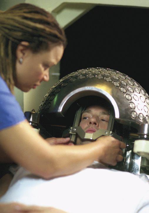 Dr. Greene (Anthony Edwards, r.) muss einiges über sich ergehen lassen, um seinen Gehirn-Tumor zu besiegen. - Bildquelle: TM+  WARNER BROS.