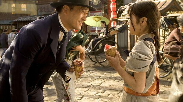 Die kleine Chiyo (Suzuka Ohgo, r.) macht auf der Straße die Bekanntschaft mit...