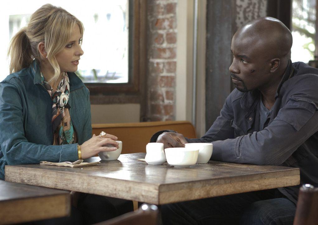 Das seltsame Verhalten von Charlie lässt Malcolm (Mike Colter, r.) misstrauisch werden und er erzählt Bridget (Sarah Michelle Gellar, l.) von sein... - Bildquelle: 2011 THE CW NETWORK, LLC. ALL RIGHTS RESERVED