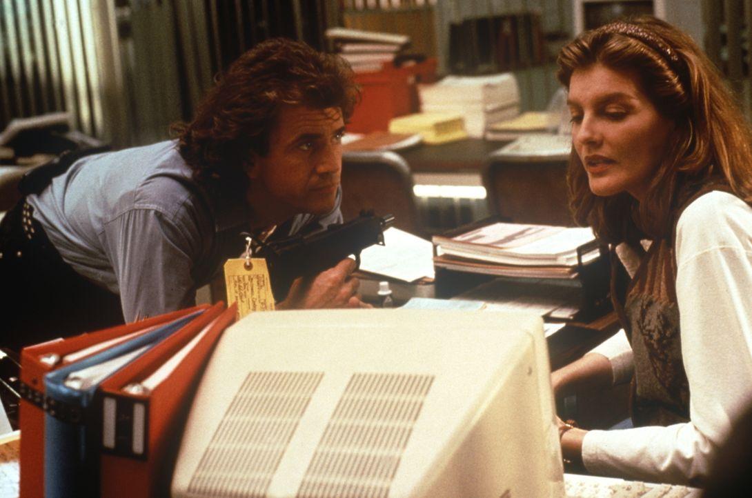 Riggs (Mel Gibson, l.) und Lorna (Rene Russo, r.) stoßen bei ihren Ermittlungen auf einen ehemaligen Polizisten, der Jugendbanden mit Schusswaffen v... - Bildquelle: Warner Bros.