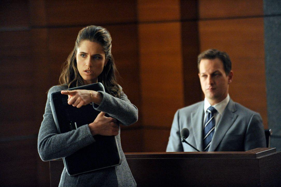 Laura Hellinger (Amanda Peete, l.) löchert Will (Josh Charles, r.) bei einer Anhörung mit unangenehmen Fragen ... - Bildquelle: Jeffrey Neira 2012 CBS Broadcasting, Inc. All Rights Reserved
