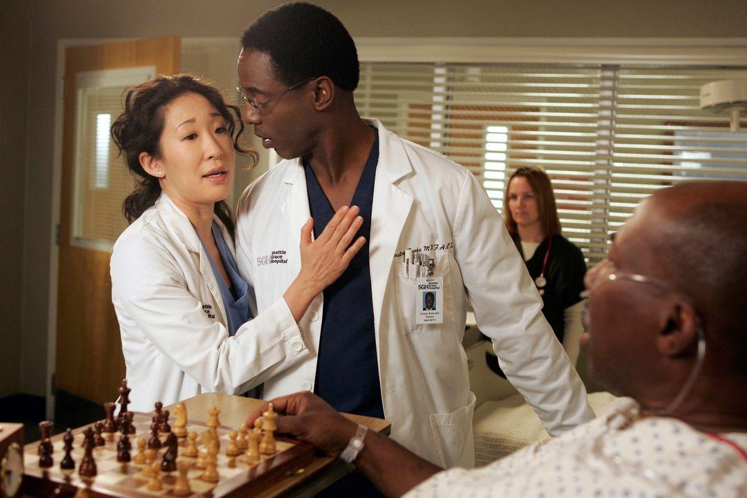 Bei einer Visite will Cristina (Sandra Oh, l.) Colin klar machen, dass sie zu Burke (Isaiah Washington, 2.v.l.) gehört ... - Bildquelle: Touchstone Television