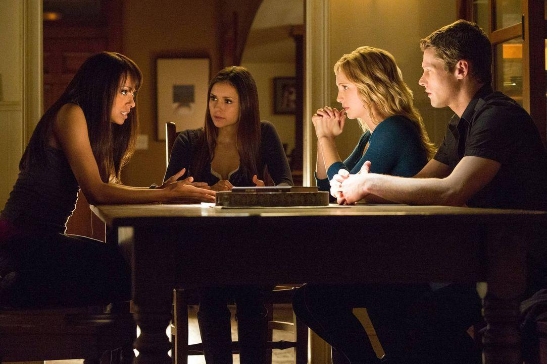 Die Diskussion über das Wiederwecken von Toten sorgt bei Bonnie (Kat Graham, l.), Elena (Nina Dobrev, 2.v.l.), Caroline (Candice Accola, 2.v.r.) und... - Bildquelle: Warner Brothers