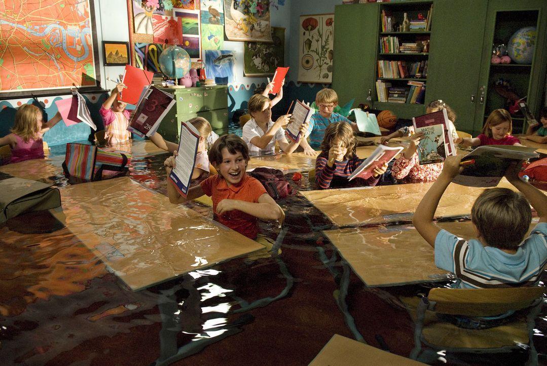 Lili hat nur Blödsinn im Kopf. Mit Hilfe des Buches voller magischer Zaubersprüche heckt sie so manchen Streich aus und setzt sogar ihr Klassenzimme... - Bildquelle: Marco Nagel Disney