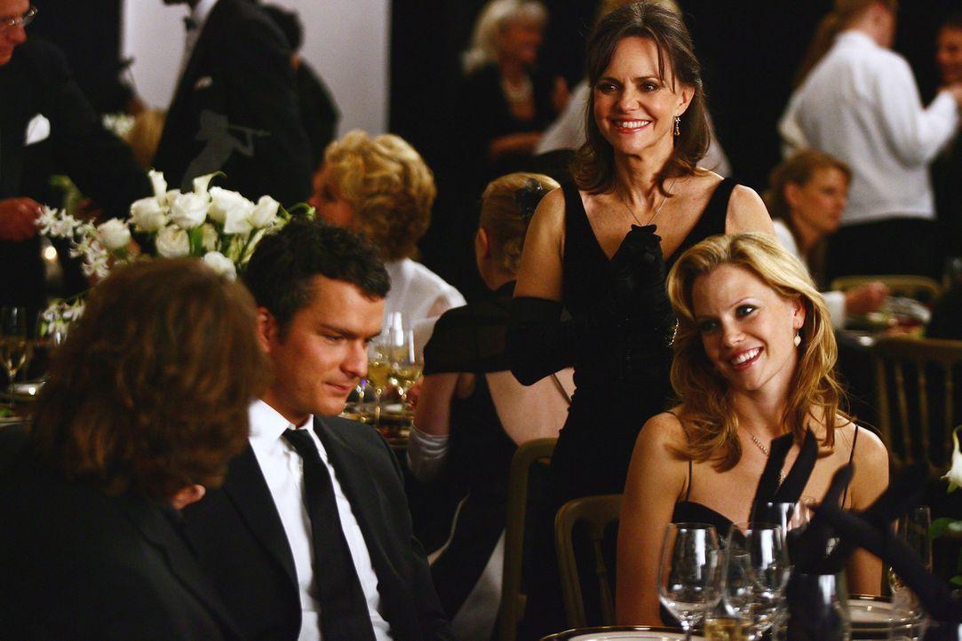 Nora (Sally Field, 2.v.r.) freut sich, dass Kevin (Matthew Rhys, 2.v.l.), Julia (Sarah Jane Morris, r.) und die restliche Familie zur Benefizveranst... - Bildquelle: Disney - ABC International Television