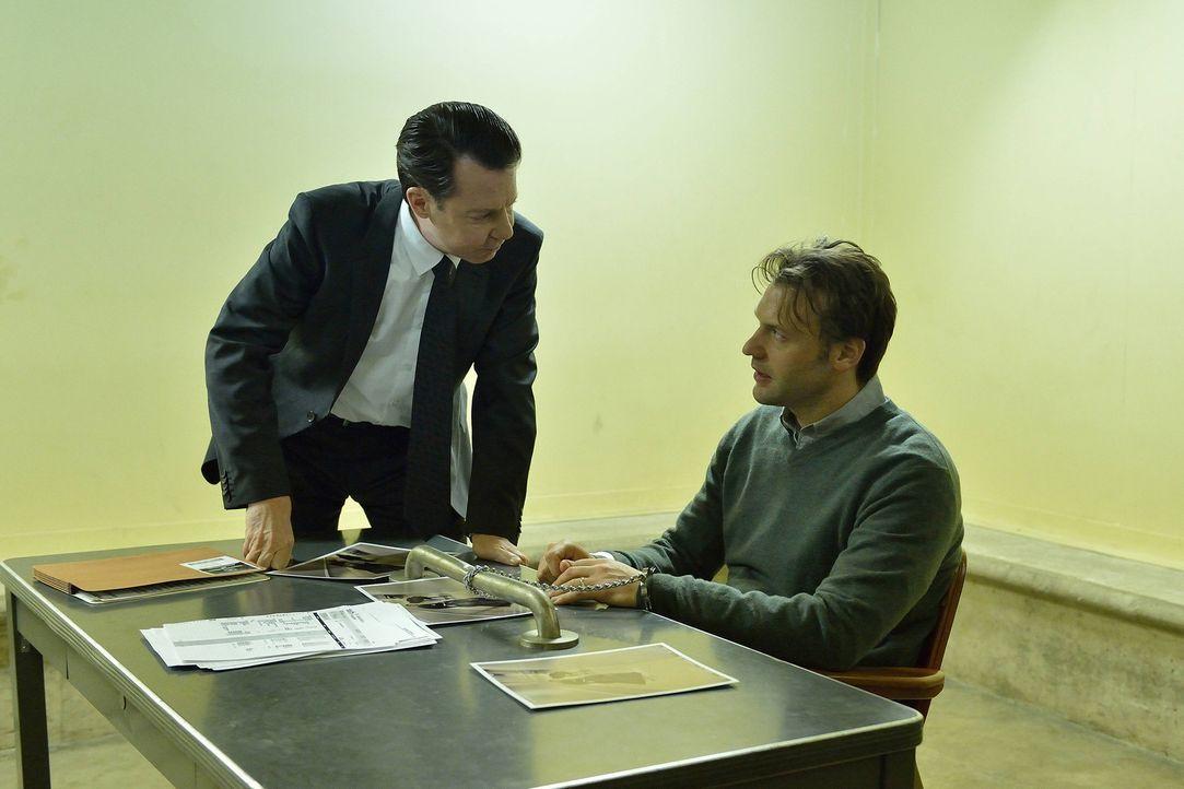 Spezial Agent Monroe (Dan Lett, l.) will Eph (Corey Stoll, r.) den Mord an dem Piloten nachweisen und kommt gar nicht erst auf die Idee, dass etwas... - Bildquelle: 2014 Fox and its related entities. All rights reserved.