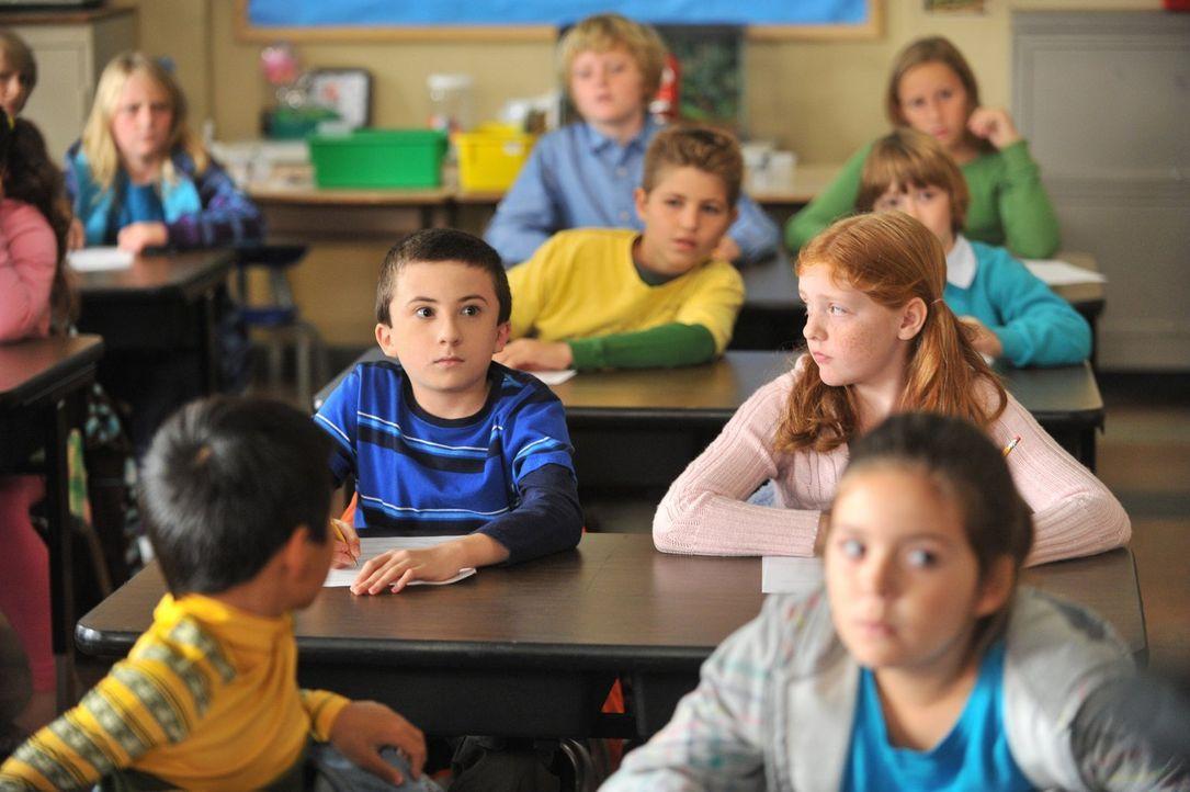 Brick (Atticus Shaffer, l.) ist schockiert, als sein Onkel Rusty plötzlich in der Schule auftaucht. Er hatte ihn zwar zu einem Schulbesuch eingelade... - Bildquelle: Warner Brothers