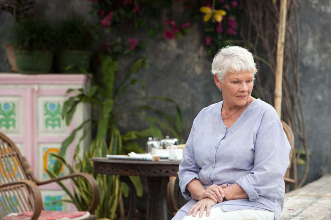 "Dank gut gemachter Werbeflyer stellt sich Evelyn (Judi Dench) das ""Best Exotic Marigold Hotel"" als einen perfekten Alterssitz vor. Doch kaum angekom... - Bildquelle: 2012 Twentieth Century Fox Film Corporation. All rights reserved."