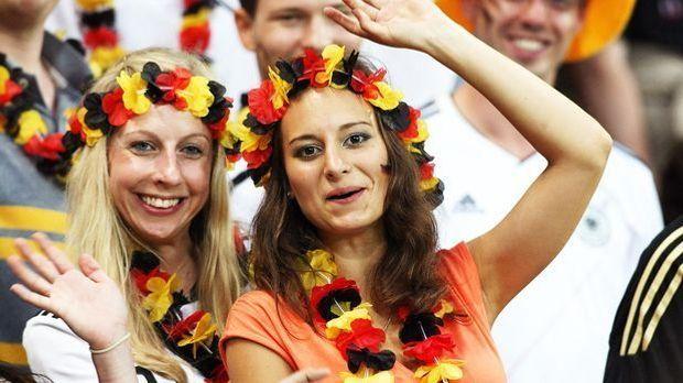 em-2012-atmosphaere-weibliche-fans-trikots-12-06-10-16-Newspix-pl-WENN-com.jpg