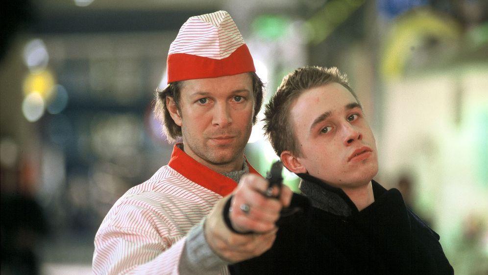 Victor (Jochen Horst, l.) versucht Martin (Marius Frey, r.) von seinem Vorhaben, seinen Vater zu erschießen, abzubringen. Wird es ihm gelingen?