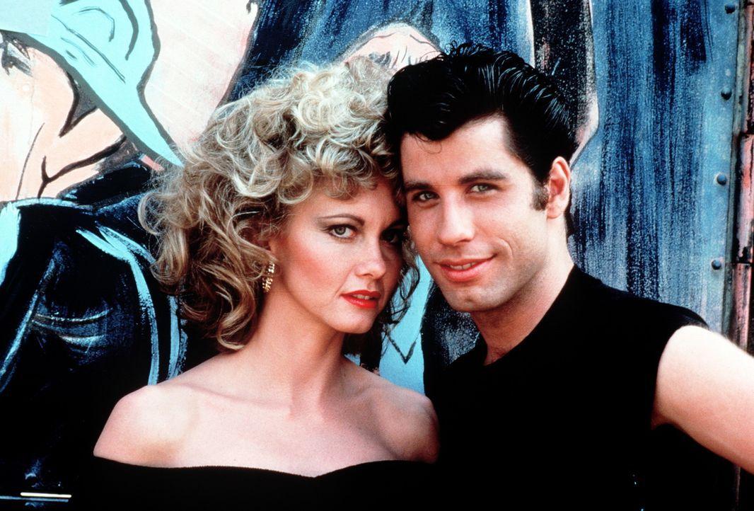Dreieinhalb Stunden Lockendrehen und vier Pfund Haargel machen aus Sandy (Olivia Newton-John, l.) und Danny (John Travolta, r.) das angesagteste Paa... - Bildquelle: Paramount Pictures