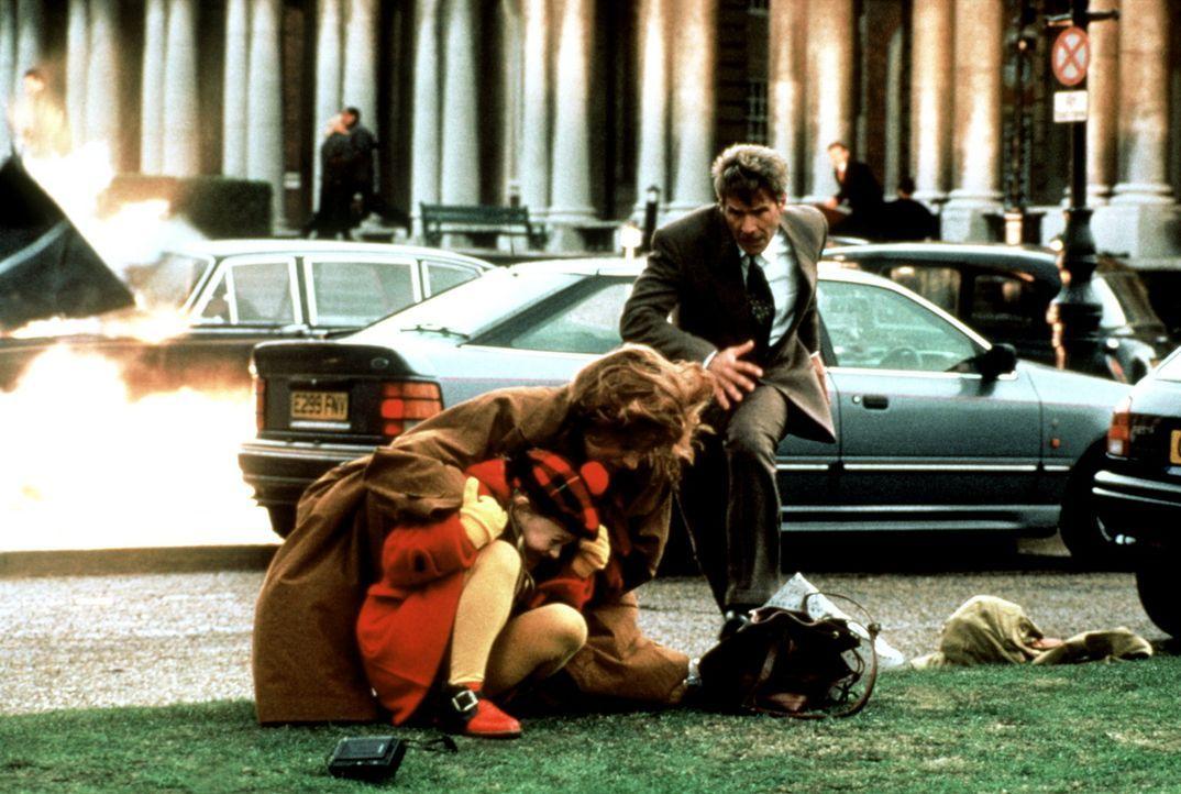 Mit seiner Frau Cathy (Anne Archer, M.) und der kleinen Tochter Sally (Thora Birch, l.) hält sich Jack Ryan (Harrison Ford, r.), ein ehemaliger CIA... - Bildquelle: Paramount Pictures