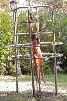 Castle - Eine junge Frau (Vanessa Motta) wird im Morgengrauen tot auf einem S...