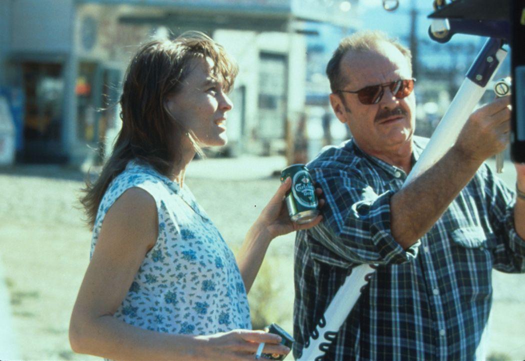 Mit Hilfe der Kellnerin Lori (Robin Wright Penn, l.) versucht Jerry (Jack Nicholson, r.), das Verbrechen aufzuklären. - Bildquelle: Warner Bros.