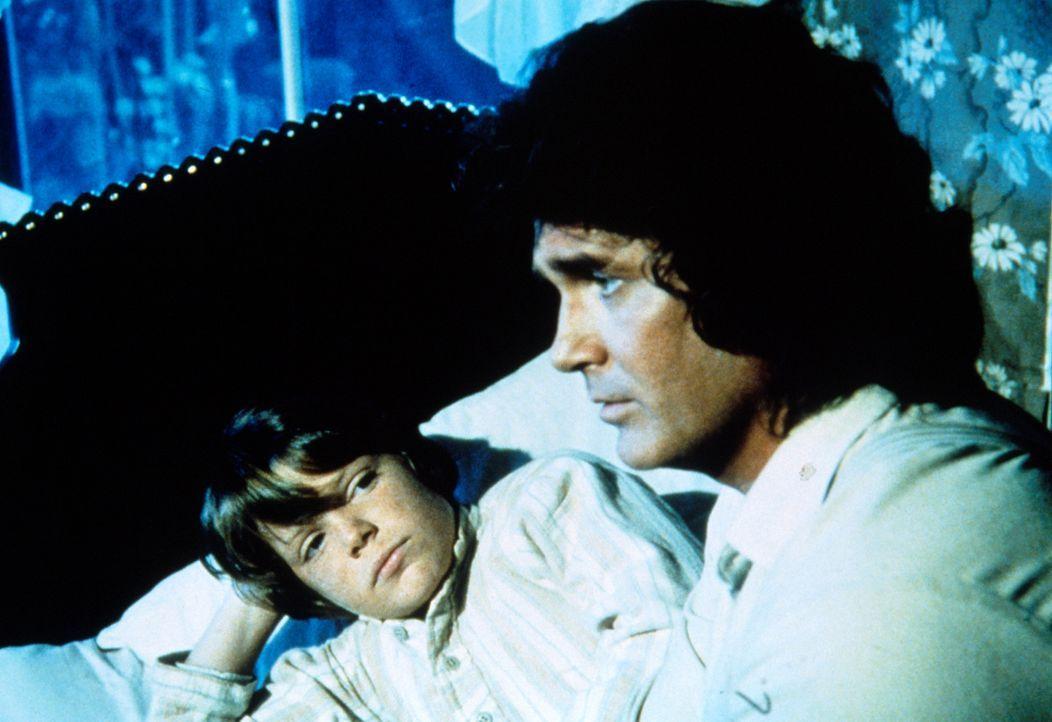Charles Ingalls (Michael Landon, r.) kümmert sich um den kleinen Thomas (Bobby Rolofsen, l.), dessen Vater Alkoholiker ist und deshalb seine Famili... - Bildquelle: Worldvision