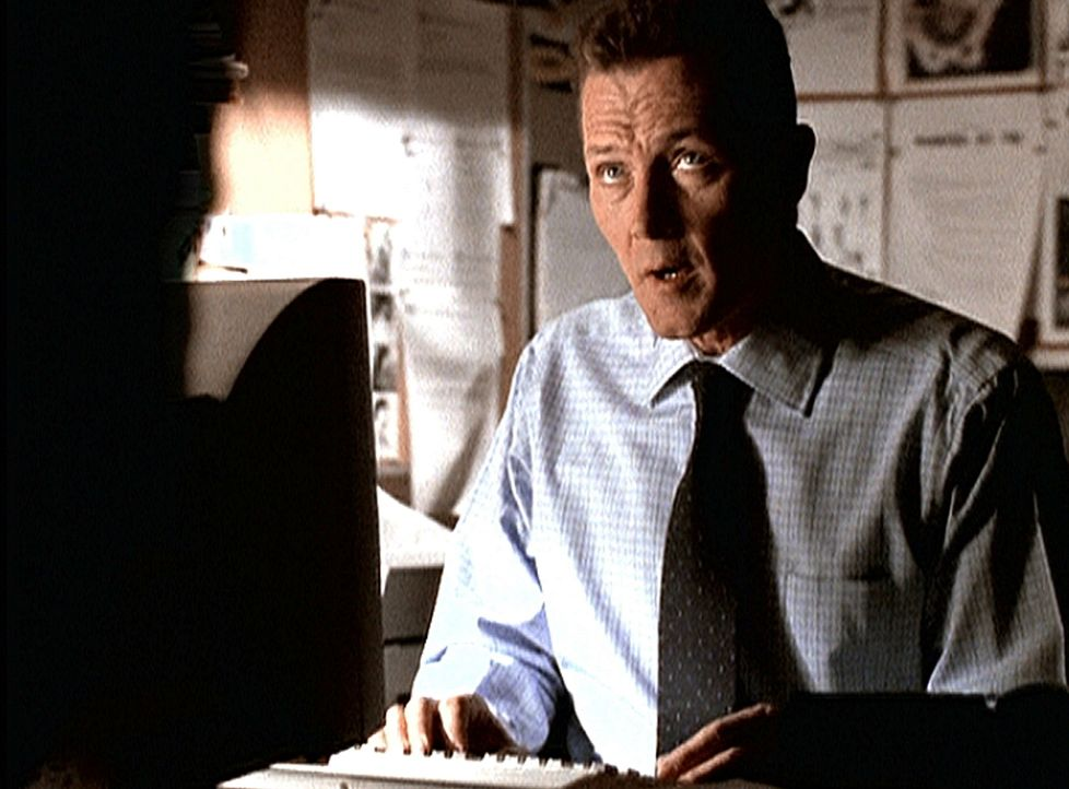 Doggett (Robert Patrick) fällt es schwer, einen Bericht über den aktuellen Fall zu schreiben, da dieser den Ruf von Scully und Mulder schädigen würd... - Bildquelle: TM +   2000 Twentieth Century Fox Film Corporation. All Rights Reserved.