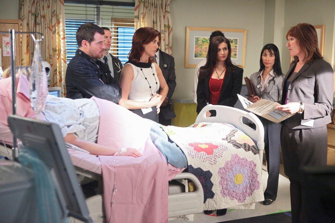 Eddie Lindy (Derek Phillips, l.) hat Dr. Ginsberg (Nora Dunn, r.), eine berühmte Neurologin, ins St. Ambrose kommen lassen, damit sie versucht, sei... - Bildquelle: ABC Studios